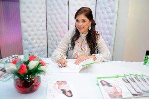 1.-Nikauly de la Mota autografiando su libro 3