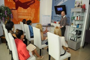 Eduardo Cardona durante el taller de rejuvenecimiento facial en Laser Luxe