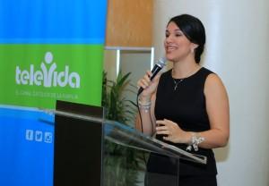 1..-Leslie Torres, ejecutiva de Televida, ofreciendo declaraciones sobre el evento