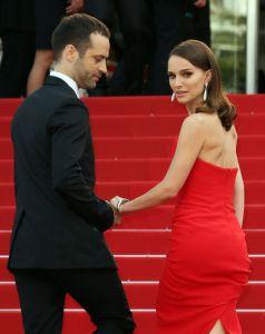 La actriz Natalie Portman acampañada de su marido, Benjamin Millepied, acude al estreno de 'La tête haute' en Cannes
