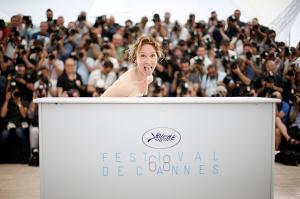 La directora francesa Emmanuelle Bercot gesticula durante la presentación de 'La tête haute'
