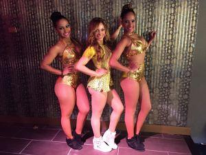 La Materialista en compañía de sus dos bailarinas