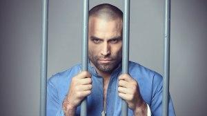 Rafael Amaya es AurelioCasillas en una escena preso